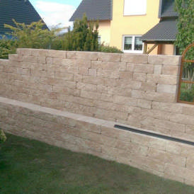 Gartenmauer mit Hochbeet